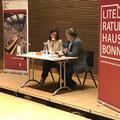 María Cecilia Barbetta mit Moderator Gisbert Haefs im Haus der Bildung.  (c) Literaturhaus Bonn