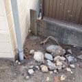 着工前車庫の状況。木の板で隣への土砂流出を防ごうとしています。