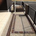 玄関からのアプローチ。TOYOサハラレンガで囲いました。色が濃いのでとてもアクセントになります。