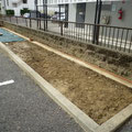 樹木を撤去し、雑草対策に防草シートを施工します。