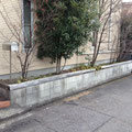汚れたコンクリートブロックの花壇を塗り直します。