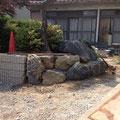 ブロック積の奥に土留めとして石組みしました。
