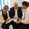 Pastor Jens Fabich begrüßt Heidemarie und Friedhelm Klingeberg