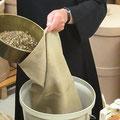 Diese Kräutermischungen werden in Säcke abgefüllt und an die Edelobstbrennerei Stettner (Generalvertretung unserer Kellerei) geschickt.