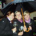 die Weinmajestäten im Regen, dennoch gut gelaunt