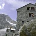 Rothornhütte mit Wellenkuppe im Hintergrund