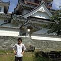 撫養城を背景に。豊島くん