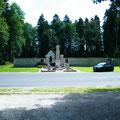 Vor der Gedenkstätte verläuft die D123