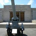 Eingang mit Kanone im Vordergrund