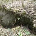 Ruine eines betonierten Unterstandes