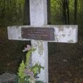 Hier wurde er provisorisch aber mit allen Ehren von den Deutschen begraben, später aber umgebettet