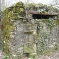 Deutscher Beobachtungsbunker - gut erkennbar die verbauten Steine der Kirche
