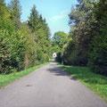 Straße nach Damloup - im Hintergrund die Kapelle