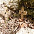 Kleine Erinnerungskreuze am Bunker