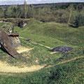 Blick auf den zerstörten Panzerturm und auf den Hauptwallgraben - gut erkennbar die doppelte Grabenstreiche