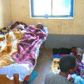 übliche Überbelegung - je 2 kranke Kinder in einem Bett