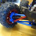 Die tragenden Teile der Achsen dieses Traxxas Summits wurden einheitlich in blau gehalten. Um den farblichen Stil noch weiterzuführen, hat es auch blaue Alu-Felgenmitnehmer gegeben.