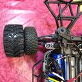 Im Vergleich zu den breiten Louise MT-Cyclone Monstertruck Reifen sehen die Originalräder des Traxxas Slash 4x4 Ultimate richtig unscheinbar aus.