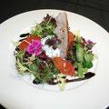 Frühlingssalat - geschmolzene Tomaten - Ziegenfrischkäse