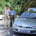 タクシー・ドライバー ミスター・アジマットとともに。車はマレーシア国産車プロトン・ヴィラ(エンジンは日本製)
