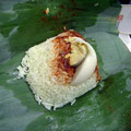 中味はこんな感じ。サンバルの辛さが、暑いジャングルで食欲をそそる。
