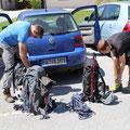 Packen der Ausrüstung für die Höllentalbesteigung