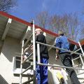 Waldemar und Wolfgang streichen den Dachüberstand
