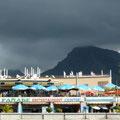 """Blick auf die Promenade von Playa de las Americas auf Teneriffa  """"Ich stapfte durch den Sand zurück zur Promenade. Am Brunnen, wo vorhin die Afrikanerinnen gesessen und mir Zöpfchenflechten angeboten hatten, zog ich meine Schuhe an ..."""""""