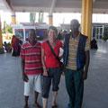 Das Mombasa Taem, links Justin, Mitte Daniela und rechts James der Fahrer