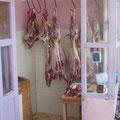 Metzgerei, keine Kühlung 26° im Schatten, Ziegenfleisch was da hängt