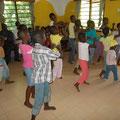 Die Kinder von Shining Orphans Children im Waisenhaus in Kashani bei einer Tanzvorführung....