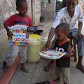 Justin mit 2 seiner  3 Kinder, die glücklich mit Ihren Geschenken sind......