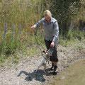 Andere Führer benötigen gelegentlich eine Ente, damit der Hund IN´s Wasser geht, Evelyn brauchte sie, um Lottie wieder AUS dem Wasser zu bekommen :-)