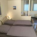 Schlafzimmer 1 mit  zwei Einzelbetten und Schlafcouch