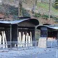 Gestiftete Kerzen neben der Grotte in Lourdes.