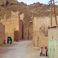 Dorf vor Imilchil - die Kinder würden uns gerne stoppen.