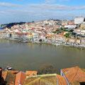 Porto - Blick über die Portweinkellereien auf Douro und Altstadt.