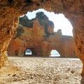 .... Blick von einer Höhle zu den Felstunneln ...