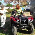 Christina und Ute testen das Quad.