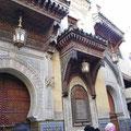 Fes - Prächtige Eingänge zu Moscheen im Souk.