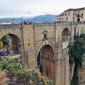Ronda - Blick auf die Puente Nuevo vom Parador Hotel; der Raum in der Mitte diente als Gefängnis