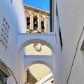 Arcos de la Frontera - Blick durch Gasse mit Bögen auf die Basilika
