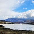 Die Regenfälle haben den See über die Ufer treten lassen.