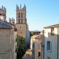 Blick us der Altstadt auf die Cathédrale Saint-Pierre in Montpellier.