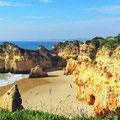 Felsenküste der Algarve bei Alvor.