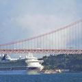 Kreuzfahrtschiff unter der Ponte 25 de Abril.