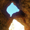 ... Blick aus einem Felstunnel nach oben - ganz schön porös ...