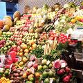 Frische Obstvielfalt - Stand in DER Markthalle Barcelonas, der Mercat de Sant Josep / La Boqueria.