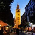 Sevilla - Giralda bei Nacht.