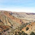 Grandioser Ausblick nach Überquerung der Passhöhe in rd. 2.400 Metern Höhe.